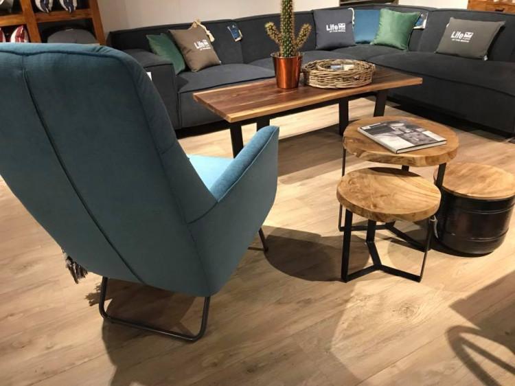 Удобное кресло и символический журнальный столик разнообразят офисную зону