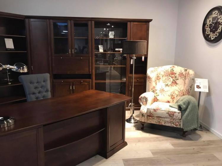 В домашнем офисе вы можете поставить письменный стол, кресло и другую практичную мебель, например, стенку или диван